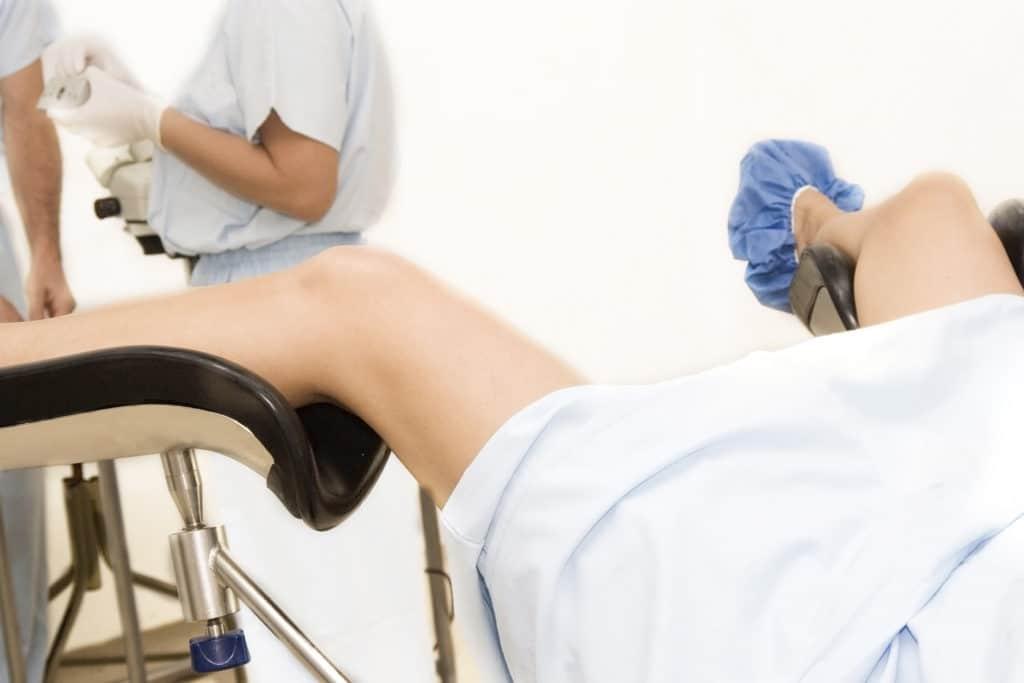 женщина на осмотре гинеколога