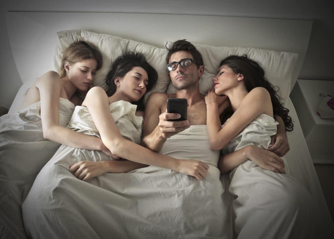 двое парней спят с одной девушкой - 3