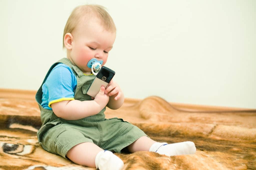 Симптомы могут проявляться после рождения или в первые два года жизни