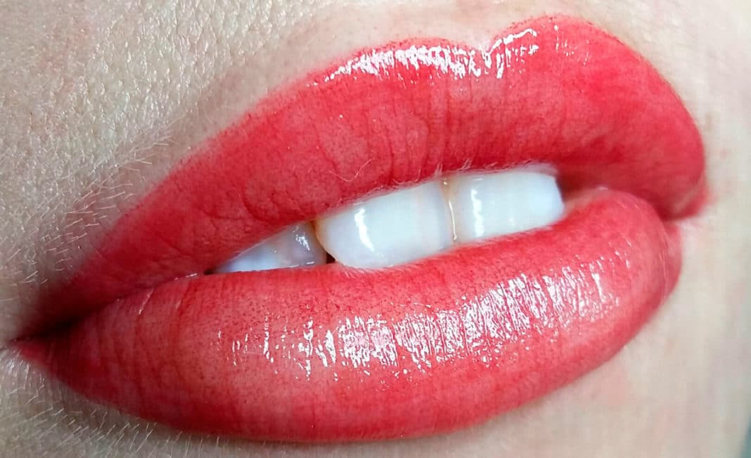 Опасен ли татуаж губ при проблемах с онкологией: отвечает врач