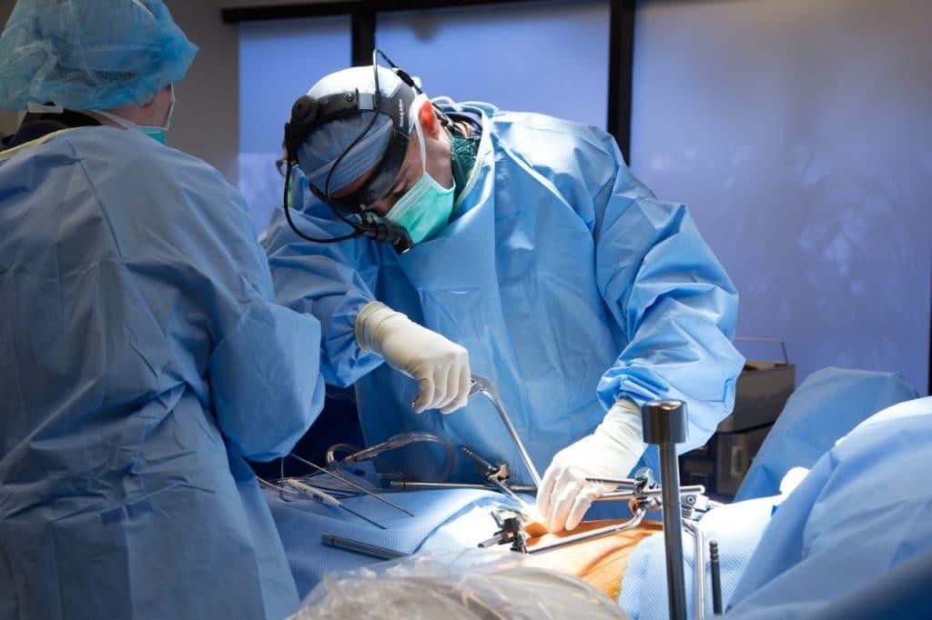 Фото эндоскопической операции на позвоночнике